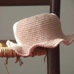 chapeau petite fille au crochet rose pâle